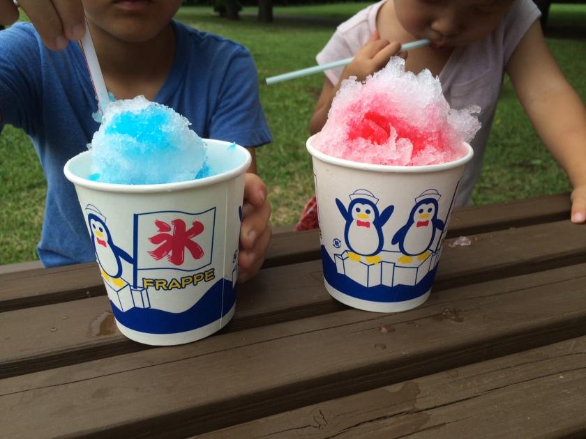 カキ氷「いちご」と「ブルーハワイ」