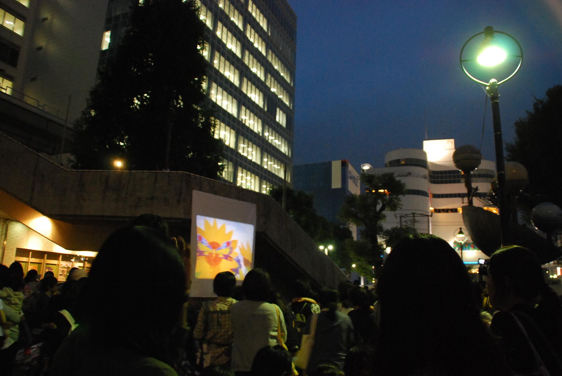 多くの市民がタコに「さよなら」映画上映会@タコ公園
