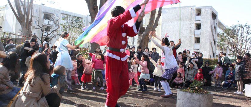 親子90人が団地内アーケードに集まる「ほんのもりのクリスマス」
