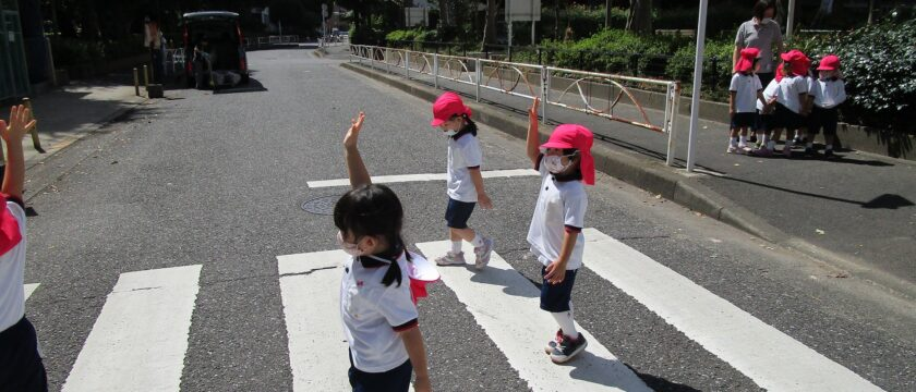 横断歩道を一緒に渡ろう!秋の交通安全指導
